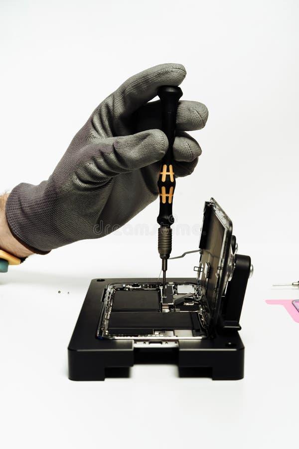 Smart underhåll för reparation för telefonbatteriändring royaltyfri fotografi