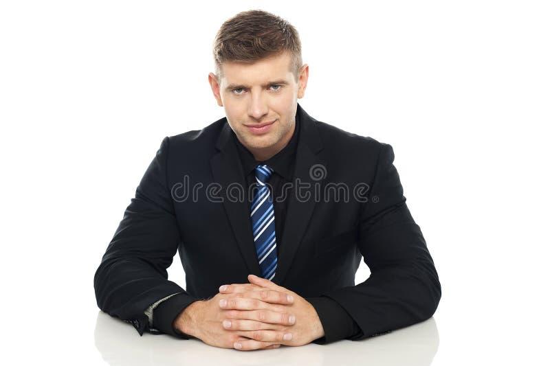 Smart ung affärsledare på hans arbetsskrivbord arkivbild