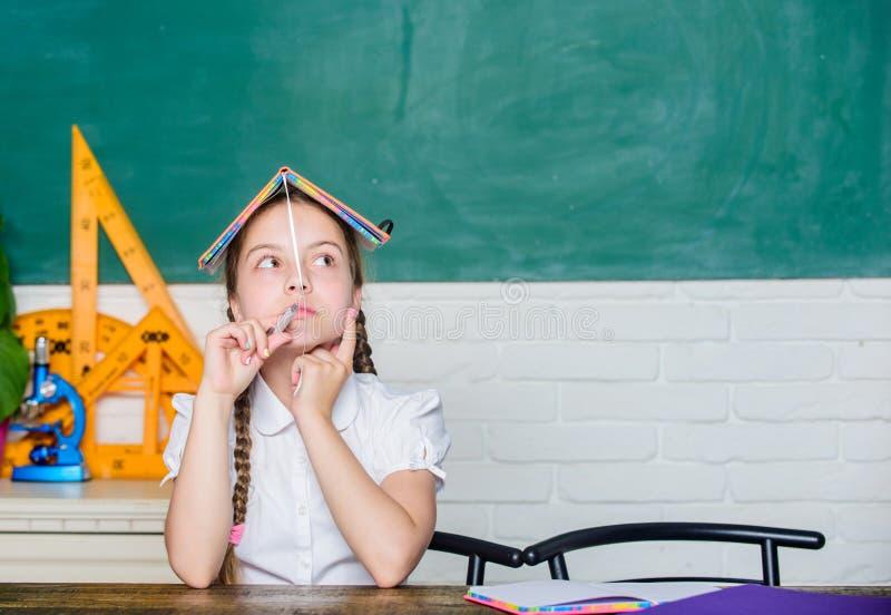 smart unge liten flickastudie med i skola Formell informell och nonformal utbildning framtida framgång studerar Dra tillbaka till royaltyfri bild