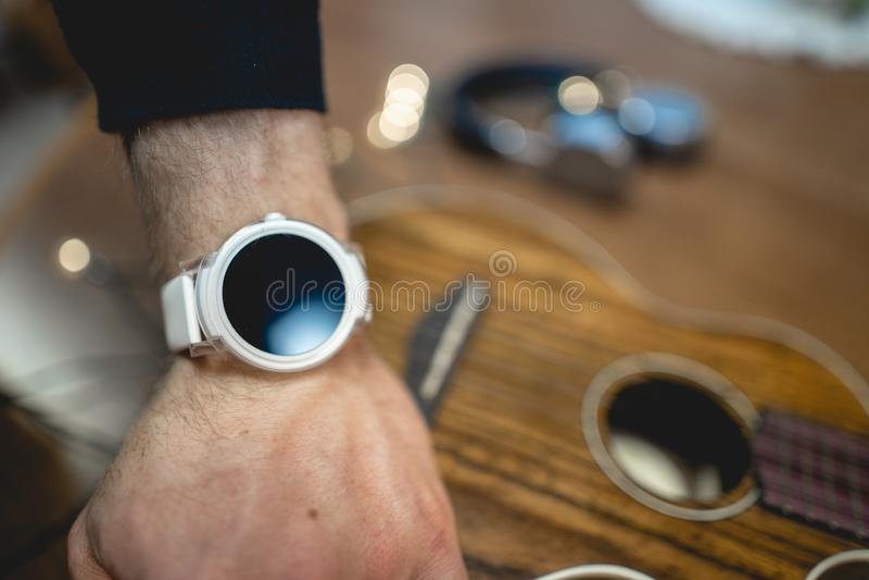 Smart Watch bianco con la decorazione immagine stock