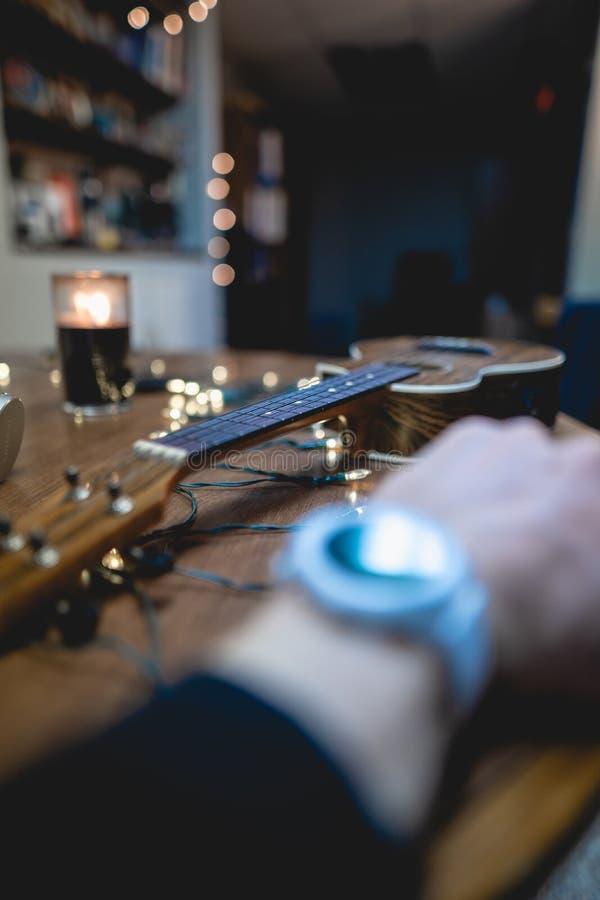 Smart Watch bianco con la decorazione fotografia stock