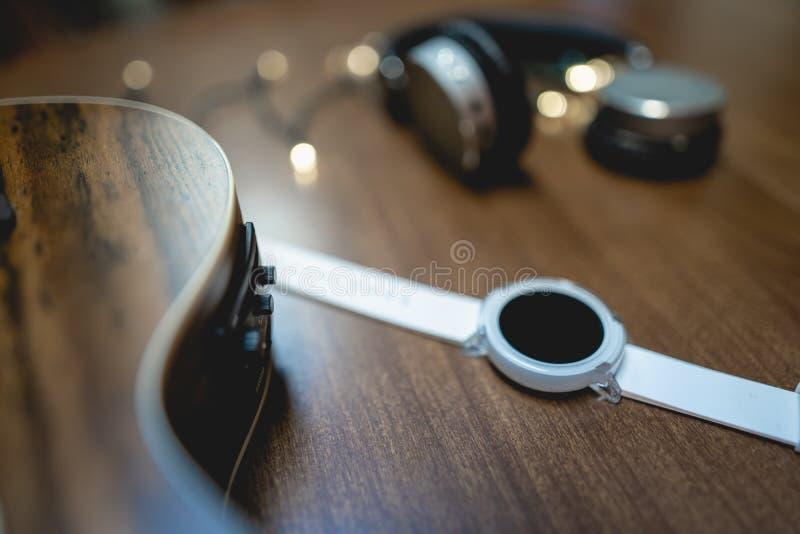 Smart Watch bianco con la decorazione fotografie stock libere da diritti