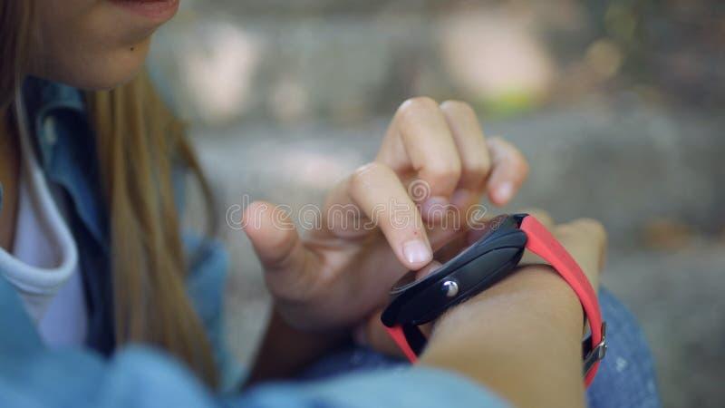 Smart Watch, Child za pomocą smartwatch Outdoor w parku, Kid Playing in Smartphone obraz royalty free