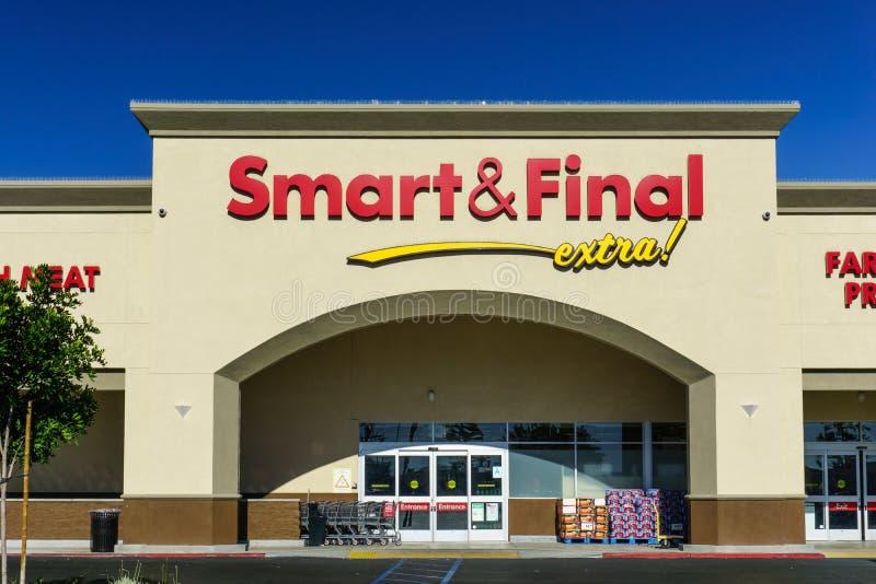 Smart y exterior final de la tienda al por menor fotografía de archivo