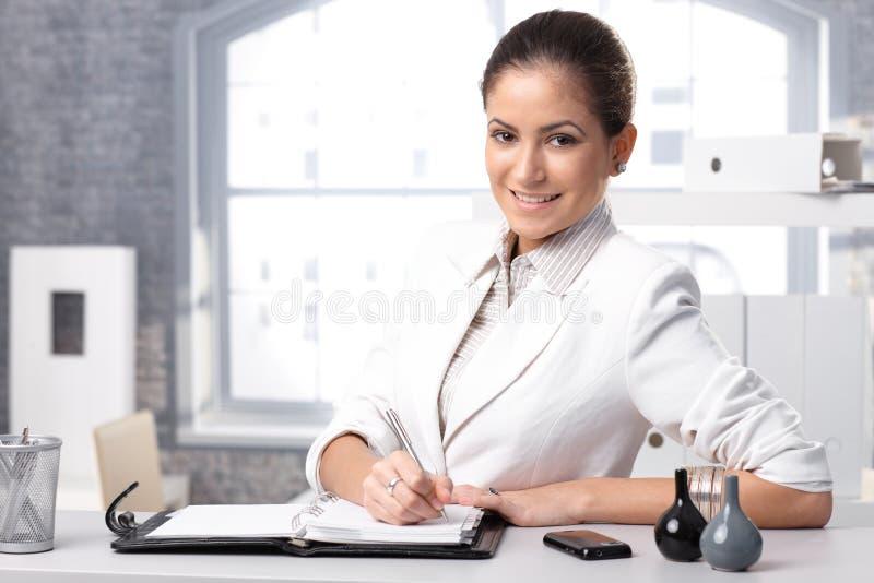 Smarta affärskvinnahandstilanmärkningar royaltyfri foto