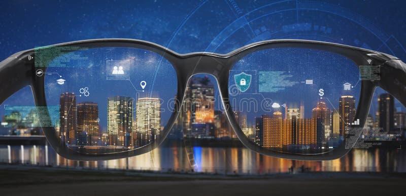 Smarta exponeringsglas, VR-virtuell verklighet och AR ?kade verklighetteknologi Smarta exponeringsglas som ser staden med det gra arkivfoto