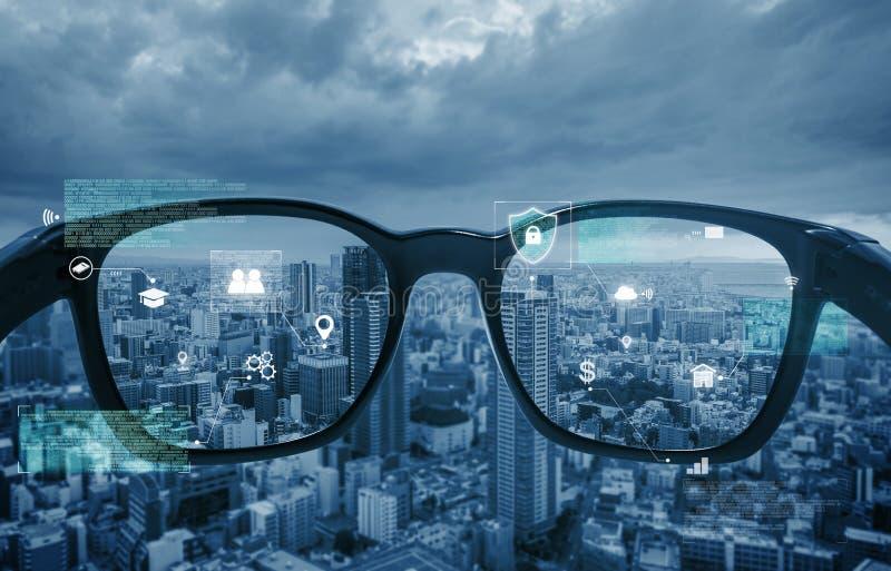 Smarta exponeringsglas, VR-virtuell verklighet och AR ?kade verklighetteknologi Smarta exponeringsglas som ser staden med det gra arkivbilder