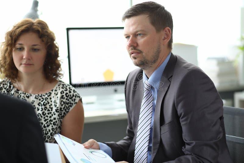 Smarta partners i modernt kontor arkivfoto