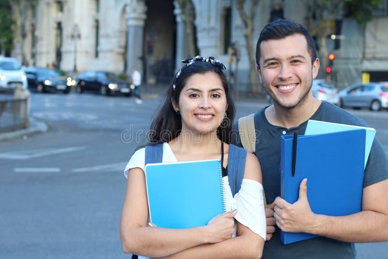 Smarta seende par av etniska studenter royaltyfri bild