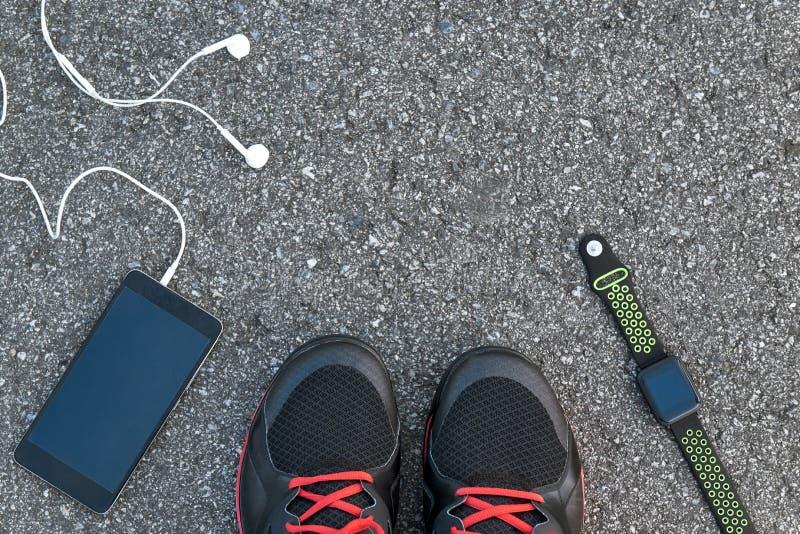 Smarta sportgrejer Kantjusterat foto av den smarta klockan, smart telefon fotografering för bildbyråer