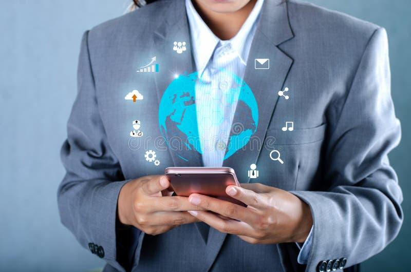 Smarta telefoner och Businesspeople för internet för värld för kommunikation för jordklotanslutningar ovanliga trycker på telefon royaltyfri foto