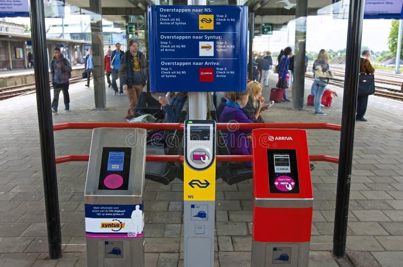 Smarta vagnsavläsare på den holländska järnvägsstationen Zutphen royaltyfri foto