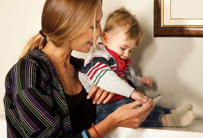 Smartfone zabawy matki dziecka technologia obrazy royalty free