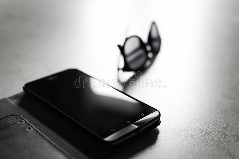 Smarthphone & солнечные очки стоковое фото rf