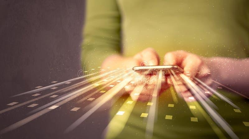 Smarthphone van de persoonsholding met technologie lichte toepassingen stock afbeelding