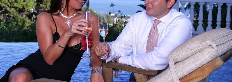 Smartly gekleed paar bij een dinerpartij royalty-vrije stock foto