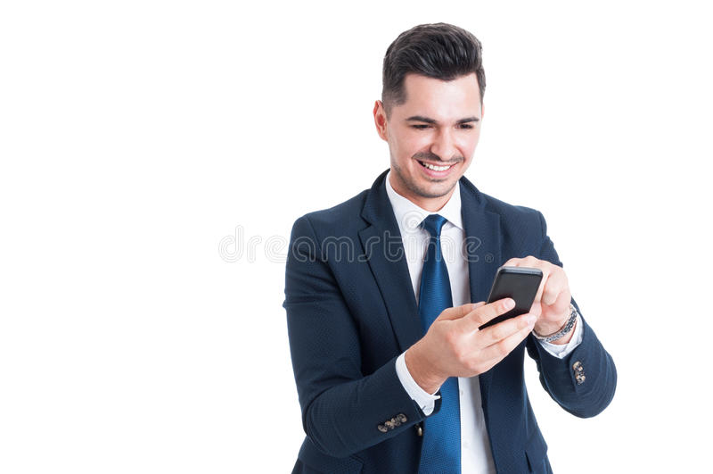 smartphon英俊的微笑的商人感人的流动屏幕  免版税库存图片