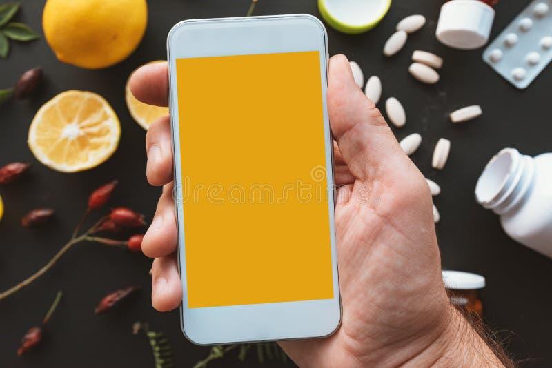 Smartphone åtlöje upp i den manliga handen royaltyfria bilder