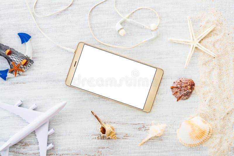 Smartphone åtlöje upp mallen för sommarferie Bakgrund f?r sommarsemester ovanf?r sikt Lekmanna- l?genhet arkivfoto
