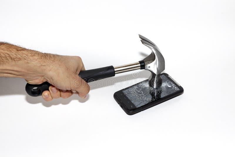 Smartphone étant frappé avec un marteau, écran brisé photos stock