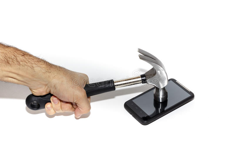 Smartphone étant frappé avec un marteau Rupture de la communication photos stock
