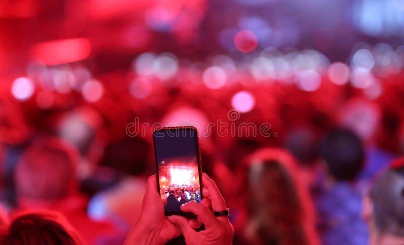 smartphone κατά τη διάρκεια μιας ζωντανής συναυλίας στοκ φωτογραφία