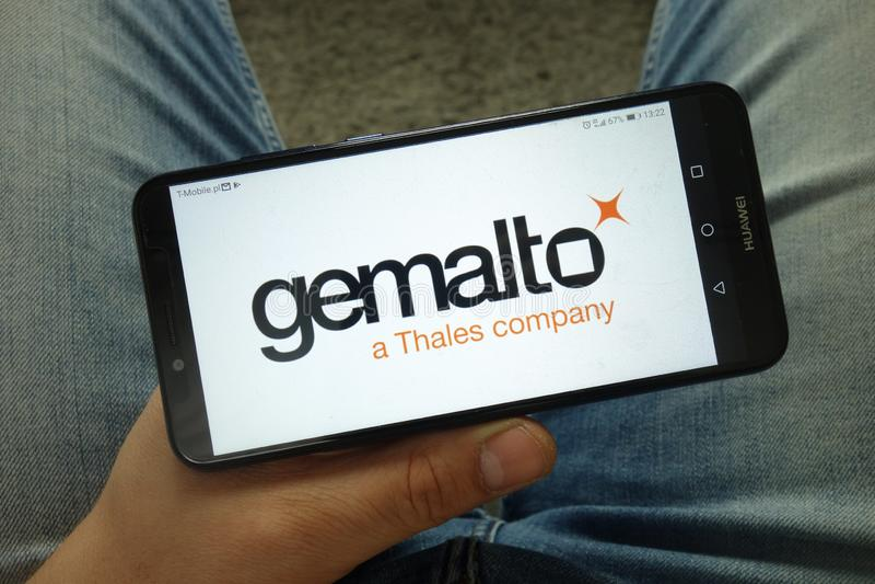 Smartphone εκμετάλλευσης ατόμων με το ψηφιακό λογότυπο εταιρείας ασφαλείας Gemalto στοκ εικόνες