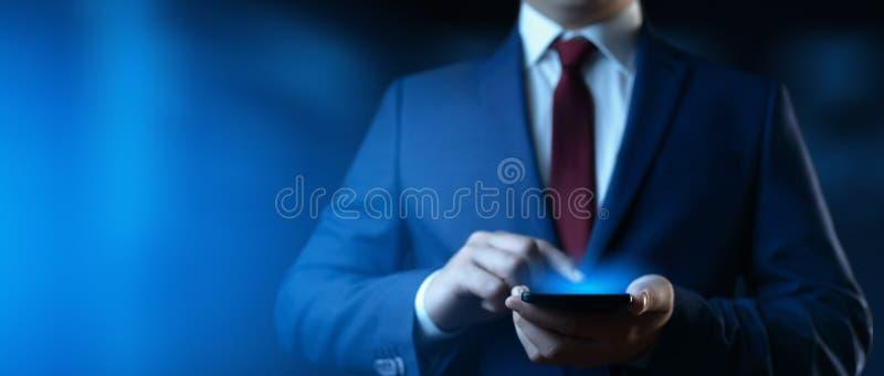 Smartphone εκμετάλλευσης επιχειρηματιών Άτομο που χρησιμοποιεί το τηλέφωνο στην αρχή στοκ εικόνες