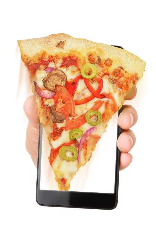 Smartphone εκμετάλλευσης χεριών με την πίτσα στοκ εικόνα με δικαίωμα ελεύθερης χρήσης
