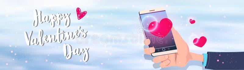 Smartphone εκμετάλλευσης χεριών με τον κόκκινο καρδιών μορφής ευτυχή βαλεντίνων ημέρας διακοπών εορτασμού χαιρετισμό εμβλημάτων έ ελεύθερη απεικόνιση δικαιώματος