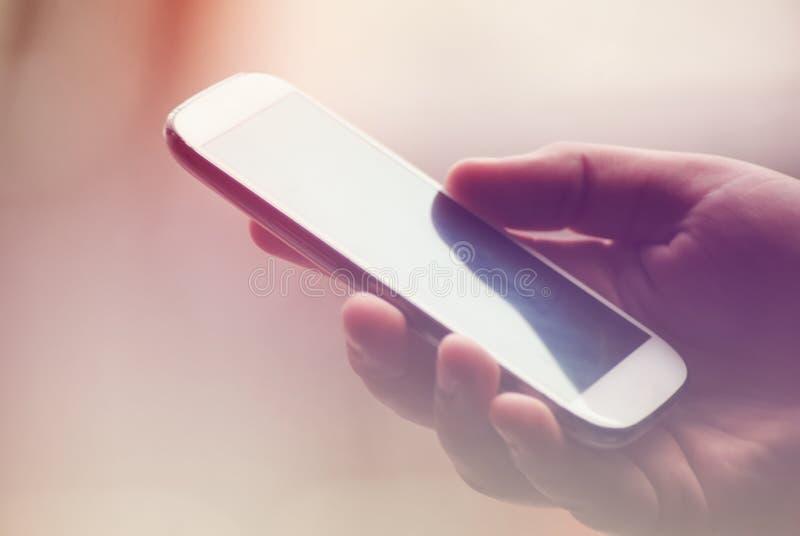 Smartphone εκμετάλλευσης στο χέρι στοκ φωτογραφία με δικαίωμα ελεύθερης χρήσης