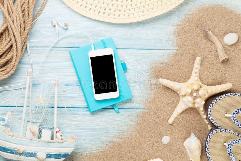 Smartphone και σημειωματάριο στο ξύλο με τον αστερία και τα κοχύλια στοκ εικόνες