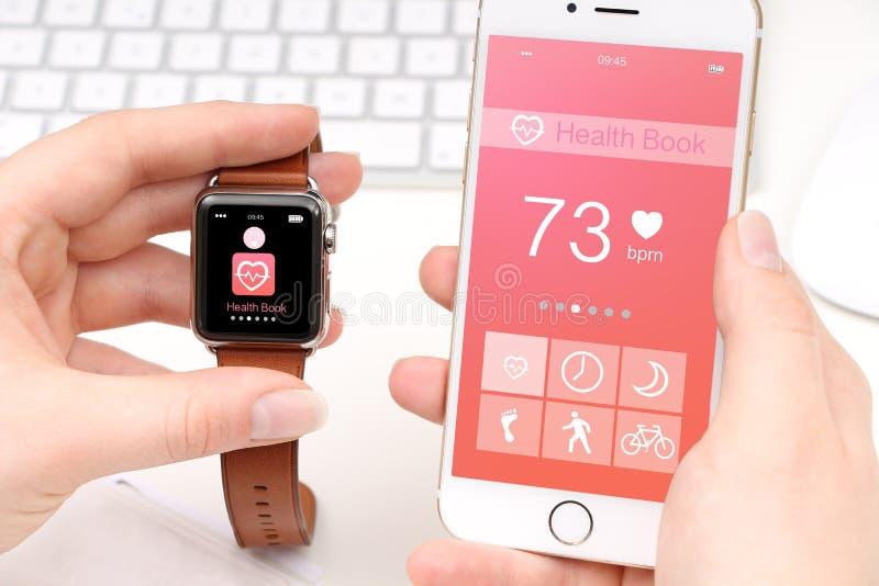 Smartphone και smartwatch διανομή των στοιχείων υγείας στοκ εικόνα