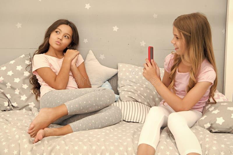 Smartphone κοριτσιών που θέτει το μεγάλο πυροβολισμό Στείλετε στη φωτογραφία το κοινωνικό δίκτυο χρησιμοποιώντας το smartphone Sm στοκ εικόνες
