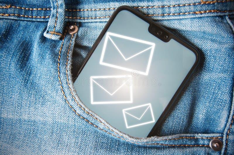 Smartphone με την άσπρη οθόνη σε μια τσέπη τζιν τζιν Έννοια των εισερχόμενων μηνυμάτων, των ανακοινώσεων ή των επιστολών στοκ φωτογραφία με δικαίωμα ελεύθερης χρήσης