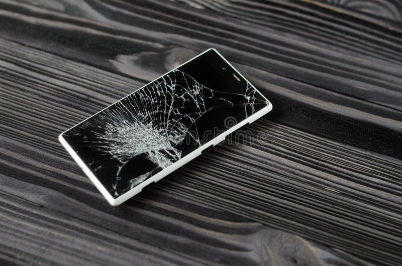 Smartphone με τη σπασμένη οθόνη στο σκοτεινό υπόβαθρο στοκ φωτογραφίες με δικαίωμα ελεύθερης χρήσης
