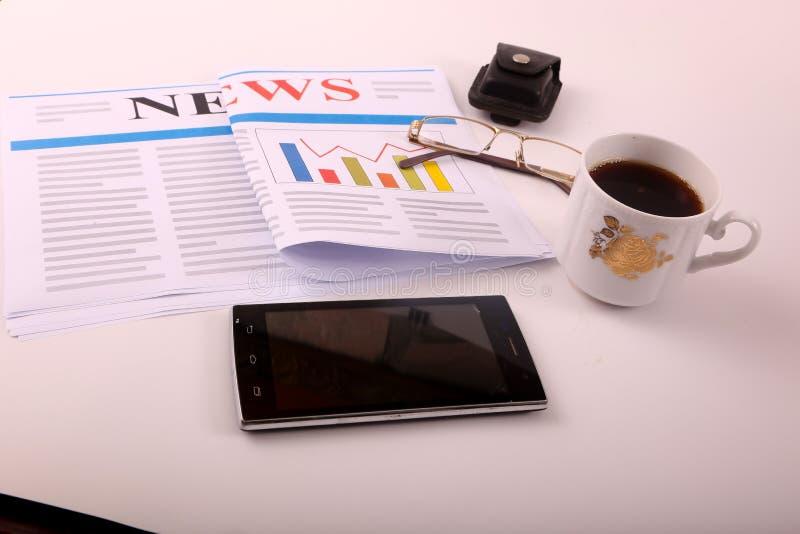Smartphone με τον καφέ στοκ εικόνα με δικαίωμα ελεύθερης χρήσης