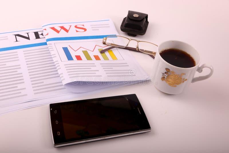 Smartphone με τον καφέ στοκ φωτογραφία με δικαίωμα ελεύθερης χρήσης