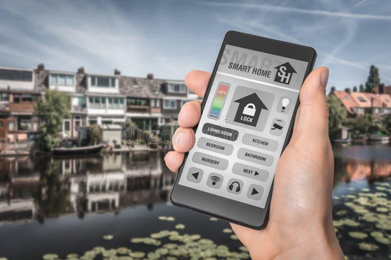Smartphone με το μακρινό έξυπνο εγχώριο σύστημα ελέγχου στοκ εικόνες με δικαίωμα ελεύθερης χρήσης