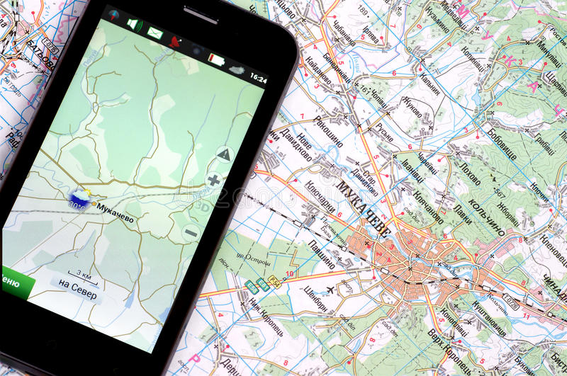 Smartphone με το ΠΣΤ και έναν χάρτη στοκ εικόνες