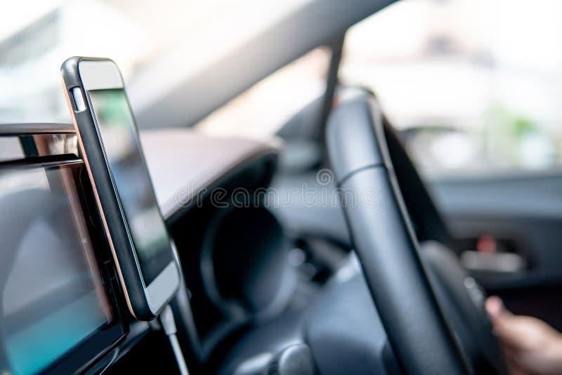Smartphone στην κονσόλα αυτοκινήτων Ναυσιπλοΐα app ΠΣΤ στοκ φωτογραφία με δικαίωμα ελεύθερης χρήσης