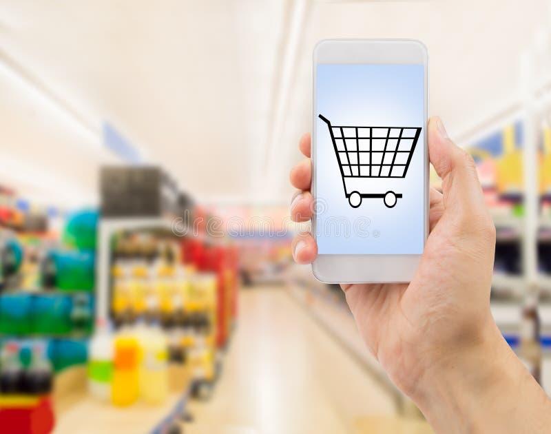 Smartphone στην υπεραγορά στοκ εικόνες