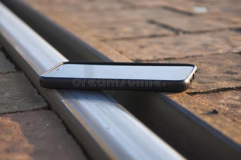 Smartphone στο σιδηρόδρομο στοκ φωτογραφία με δικαίωμα ελεύθερης χρήσης