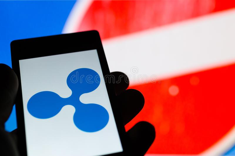 Smartphone υπό εξέταση με το λογότυπο cryptocurrency Etherium Απαγόρευση του κόκκινου σημαδιού στο υπόβαθρο στοκ φωτογραφίες