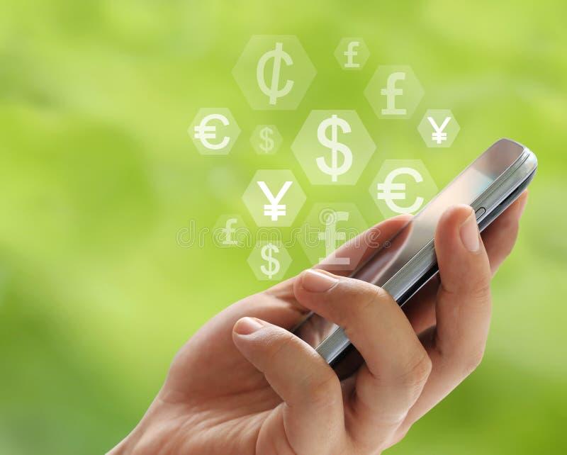 Smartphone υπό εξέταση του επιχειρηματία και της ιδέας στο σύμβολο νομίσματος απεικόνιση αποθεμάτων