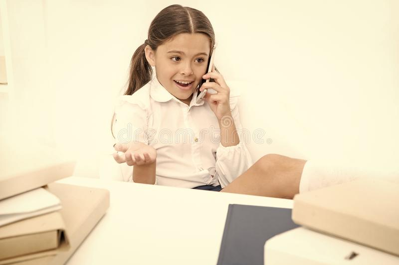 Smartphone χρήσης παιδιών κινητό για να επικοινωνήσει στο σχολείο Φρέσκο σχολικό κουτσομπολιό Επιθυμεί πάρα πολύ Συζήτηση των φημ στοκ φωτογραφίες