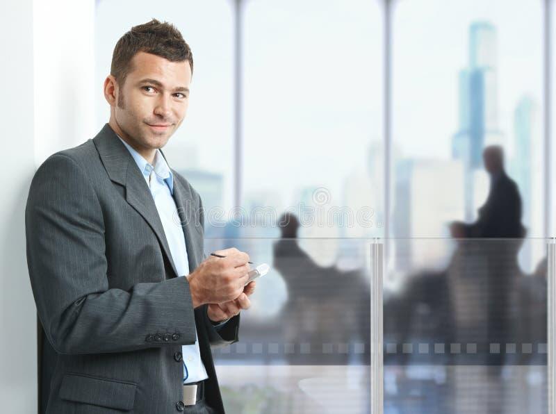 smartphone бизнесмена используя стоковая фотография