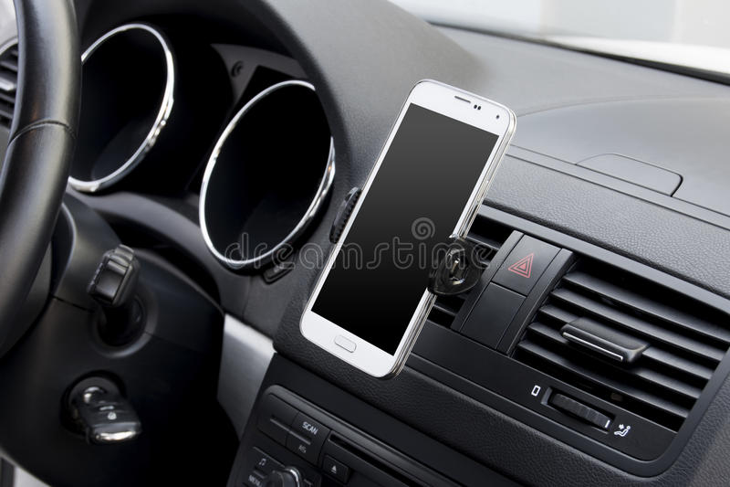 Smartphone в автомобиле стоковое фото rf