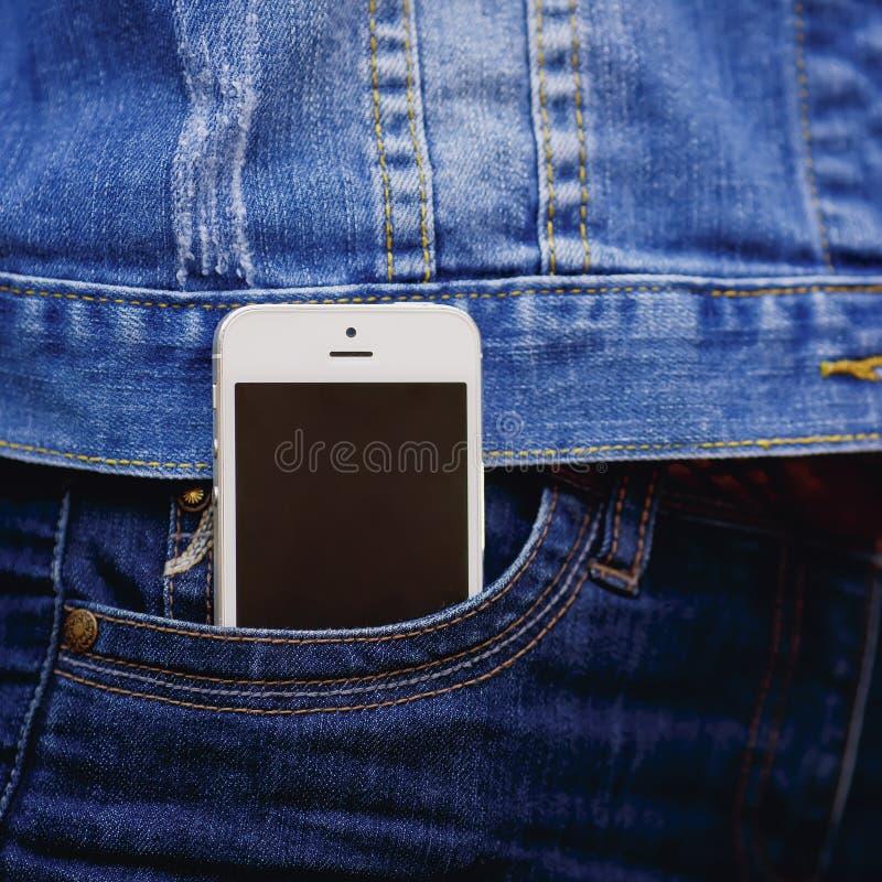 Smartphone в обычной жизни Телефон в карманн джинсов стоковые фото