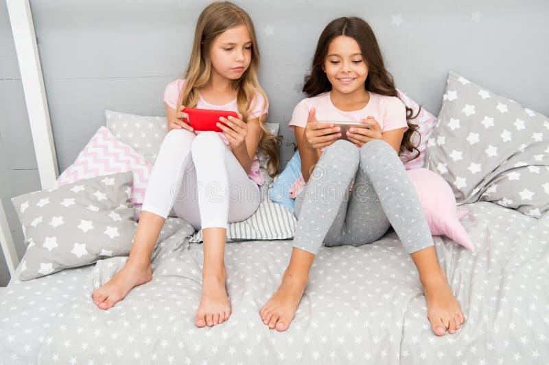 Smartphone для развлечений Дети играют применение игры смартфона мобильное Концепция применения Smartphone girlish стоковые изображения